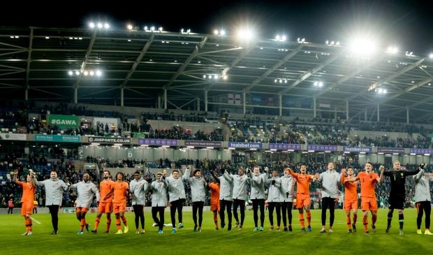 <p>Het Nederlands elftal viert de plaatsing voor het EK na afloop van de EK-kwalificatiewedstrijd Noord-Ierland - Nederland.</p>