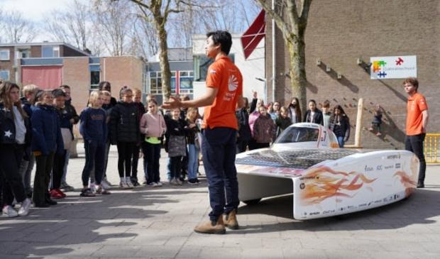 Een eerder schoolbezoek van het team in Delft. Het team neemt Nuna Phoenix mee. Met deze auto werd het team wereldkampioen in Australië en Zuid-Afrika. Vorig jaar reden ze er een wereldrecord mee.