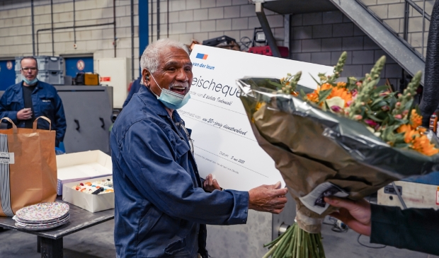 Cor Usmany ontvangt bloemen
