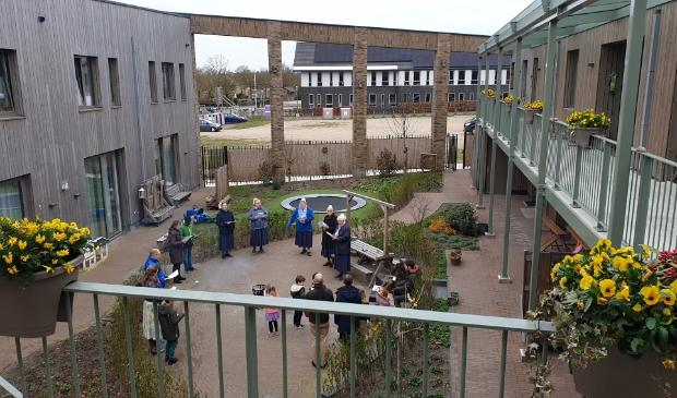 De zusters en de gezinnen zingen in de binnentuin paasliederen op Eerste Paasdag; toen nog alleen met leden van de leefgemeenschap.