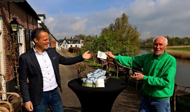 <p>Op 6 mei werd het eerste exemplaar van het waardebonnenboekje &lsquo;Beleef het in West Betuwe&rsquo; door werkgroeplid Look Boden overhandigd aan wethouder Recreatie & toerisme Rutger van Stappershoef. </p>