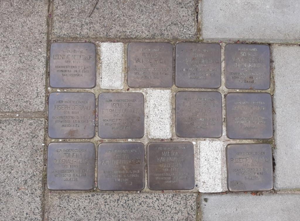 De stenen voor de schoonmaakbeurt Stichting Struikelstenen Sliedrecht © BDU media