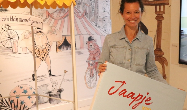 <p>Karina Veeren met haar boek.</p>