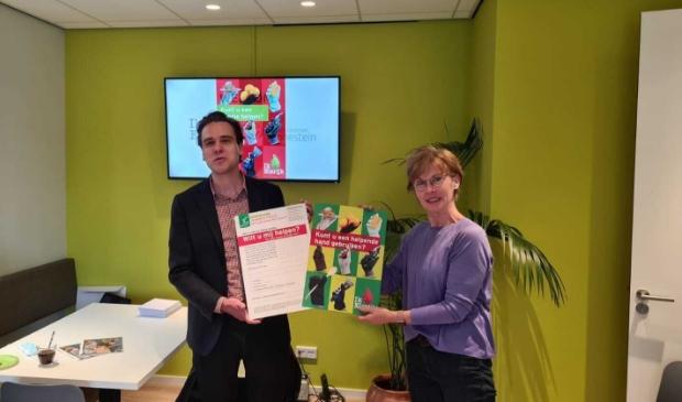 <p>Wethouder Marijn van Ballegooijen icerhandigt de eerste Nabuurschap Hulpkaart aan Wilke Peeters, co&ouml;rdinator van Medisch Centrum Zonnestein. </p>