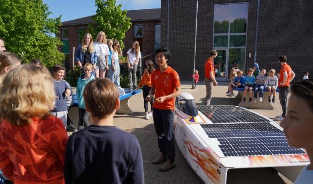 <em>Steven Mitchell Tan legt aan de kinderen uit hoe Nuna Phoenix werkt.&nbsp;</em> Vattenfall Solar Team © BDU media