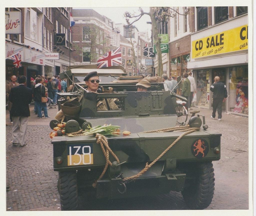 Optocht van legervoertuigen uit de Tweede Wereldoorlog in de Grote Houtstraat ter gelegenheid van de viering van 50 jaar bevrijding. Noord Hollands Archief © BDU media