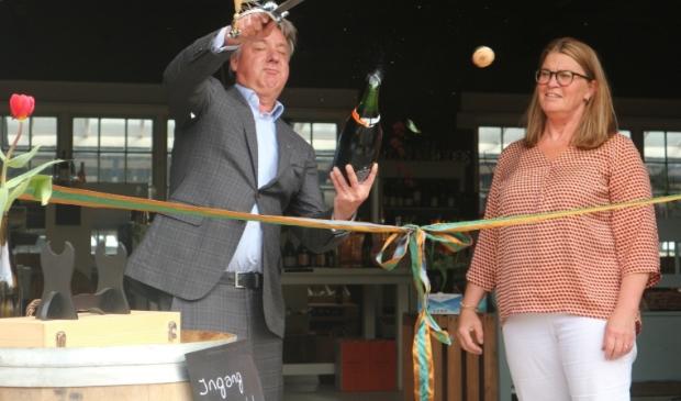 <p>Aan burgemeester David Moolenburgh de eer om de wijnbar officieel te openen.</p>