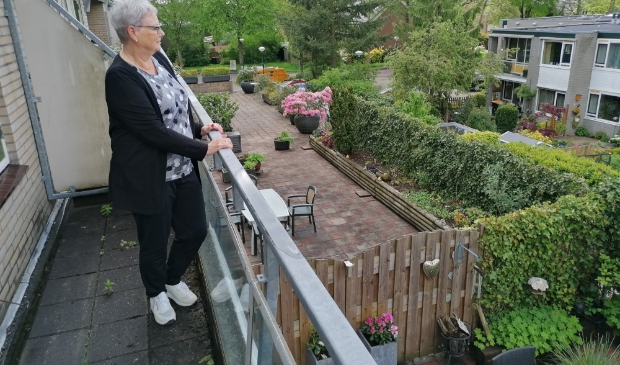 Margot geniet alvast van het uitzicht vanaf haar elf meter breed balkon. In juli neemt zij haar intrek aan de Dorser.