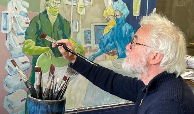 <p>Kunstenaar Harbert Booij werkt aan zijn schilderij &lsquo;Toevlucht&rsquo;. Het stelt de vraag centraal waar mensen hun toevlucht zoeken.&nbsp;</p>