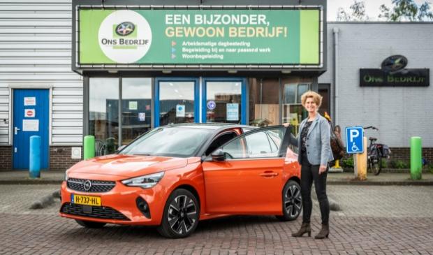 <p>Wilma Gorissen, directeur van Ons Bedrijf, met de volledig elektrische Opel Corsa-e. ,,Een mooi visitekaartje.''</p>