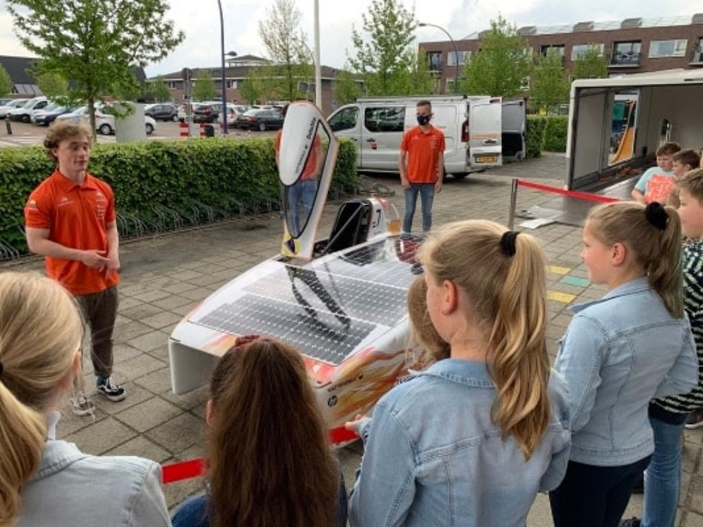 Tibbe Lukkassen showt zonneauto Nuna Phoenix op zijn oude basischool De Vonk Vattenfall Solar Team © BDU media