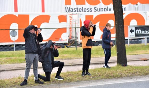 <p>Danny van Dijk (tweede van links) was met zijn vrienden aan het autospotten in Soesterberg.</p>