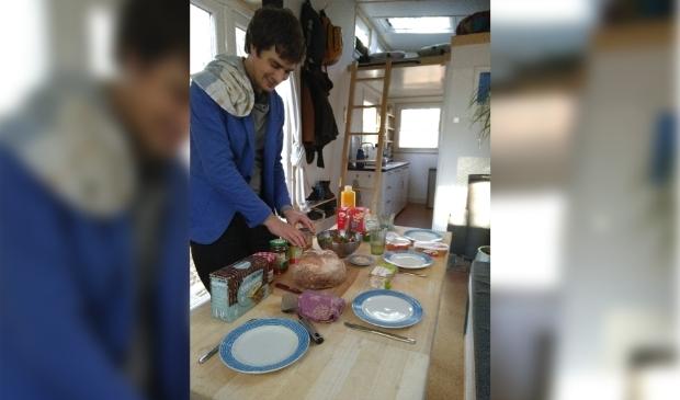 Joachim zet de lunch klaar in het tiny house.
