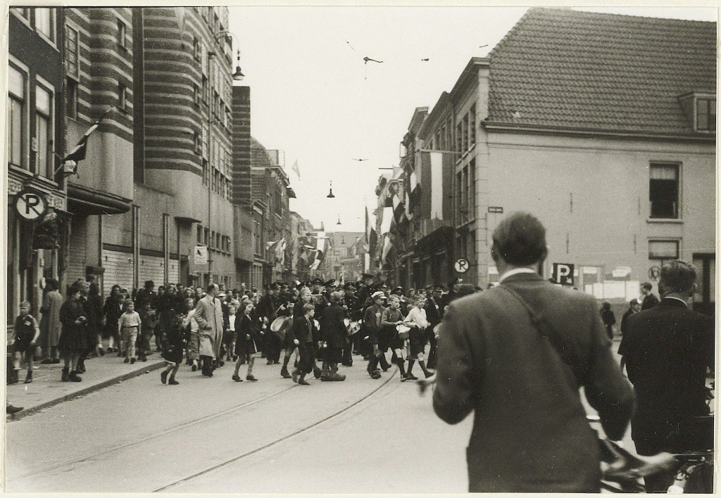 De Postharmonie in de Gierstraat tijdens de eerste dagen van de bevrijding. Noord Hollands Archief © BDU media