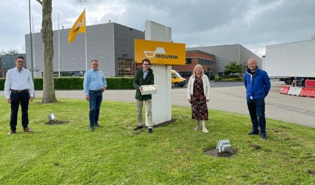 Op de foto links 3 heren van Mourik Infra: Harry Brekelmans en Leo Buitendijk, bedrijfsleiders Mourik Techiek en Bas Breider, recruiter. Rechts de delegatie van de Willem: Marjola Vernooij, afdelingsassistent en Jor den Besten, docent natuurkunde.