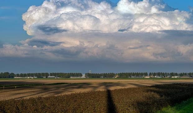 <p>Donkere wolken rukken op richting Haarlemmermeer.&nbsp;&nbsp;</p>