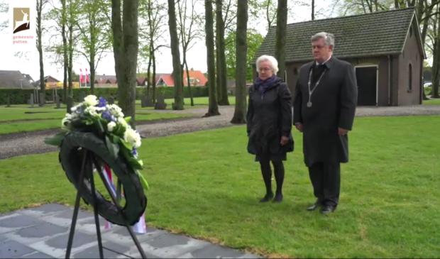 Burgemeester Henk Lambooij legde vanavond een krans YouTube © BDU media