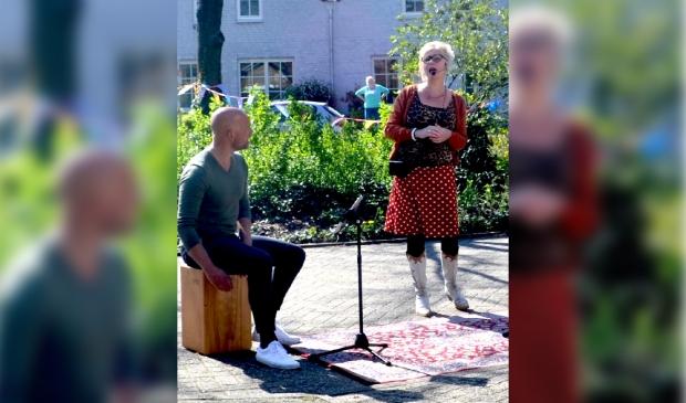 Keetje&Ko speelt op verzoek van een nichtje voor haar 80-jarige tante