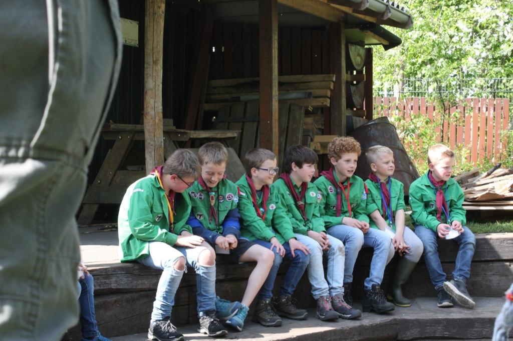 Welpen tijdens de speluitleg in de kampvuurkuil Léon de Jong © BDU Media