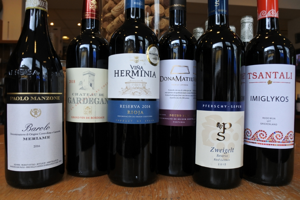 Enkele wijnen uit de Oude Wereld. Er staat vaak geen druivenras op het etiket. De herkomstbenaming bepaalt welke druivenrassen gebruikt worden. De herkomst is belangrijker dan het druivenras. In veel klassieke gebieden worden meerdere druivenrassen in een wijn gebruikt. De wijn is een blend. Ben Erkens © BDU media