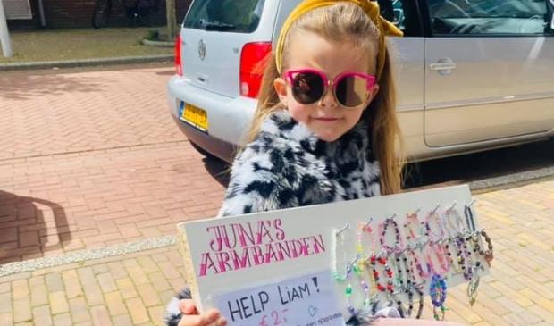 <p>Juna (6) maakte armbandjes om geld op te halen voor de zieke Liam.</p>