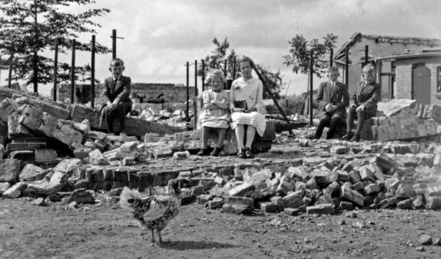 Johan, Marietje, Annie, René en Jan van Eijden op de resten van boerderij Midden Hagenouw
