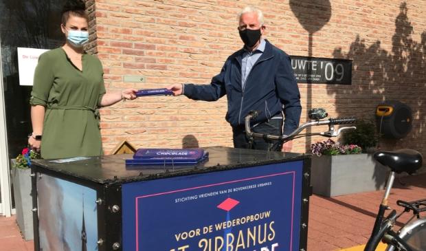 Yael van Egmond neemt het zorgcompliment in ontvangst namens Zonnehuis Amstelland De Luwte.