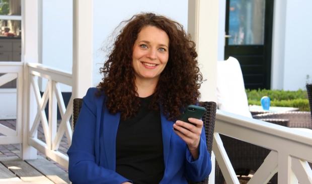 Malou van der Starre op de veranda van haar ouderlijk huis in Doorn, waar zij opgroeide.