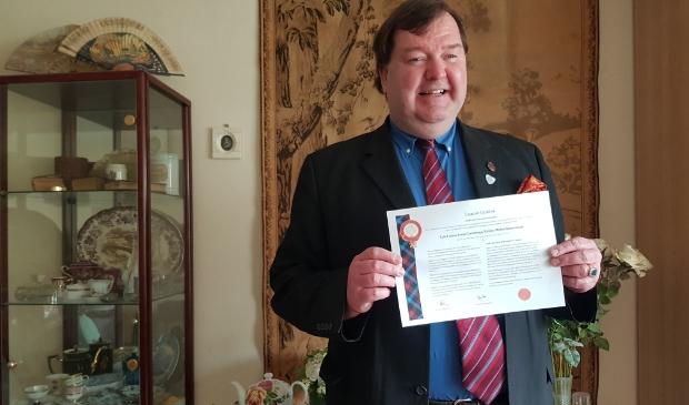 Anne Louis Cammenga toont het certificaat waarop zijn Laird-titel officieel staat vermeld.