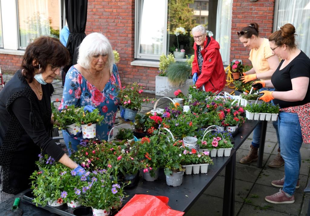 Vrijwilligers aan de slag voor NL Doet bij woningen/dagbesteding aan het Schauwplein Henk Hutten © BDU media