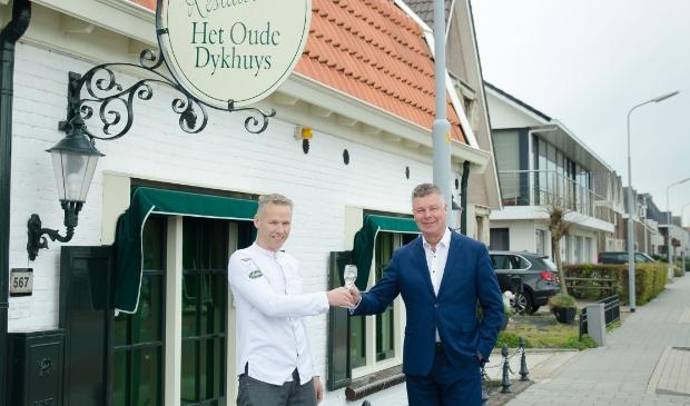 <p>Andr&eacute; Geerlings (r) draagt hij het stokje over aan chef-kok Alfred van Dijk.</p>