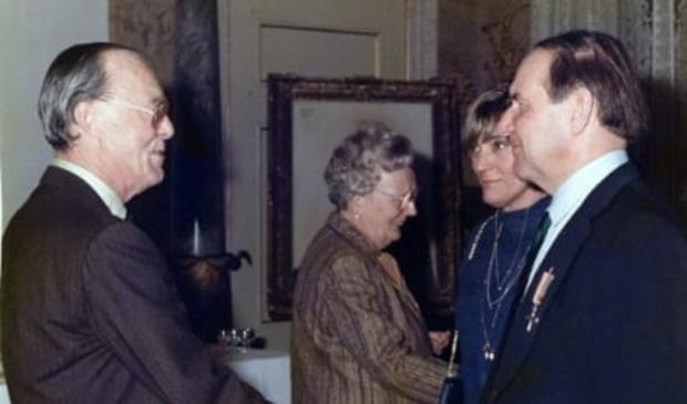 <p>Prins Bernhard schudt John Duiser de hand.</p>