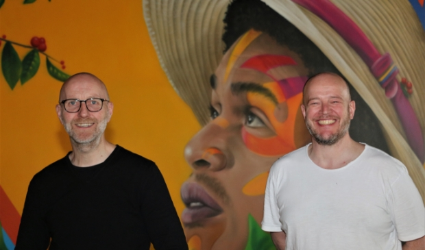 <p>Manager Ren&eacute; Turk (links) en chefkok Erik-Jan van Dam voor het Zuid-Amerikaanse decor.</p>