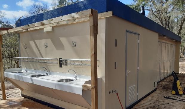 <p>De camping is inmiddels in gebruik. Zo werd er recentelijk een nieuw toiletgebouw ge&iuml;nstalleerd.</p>