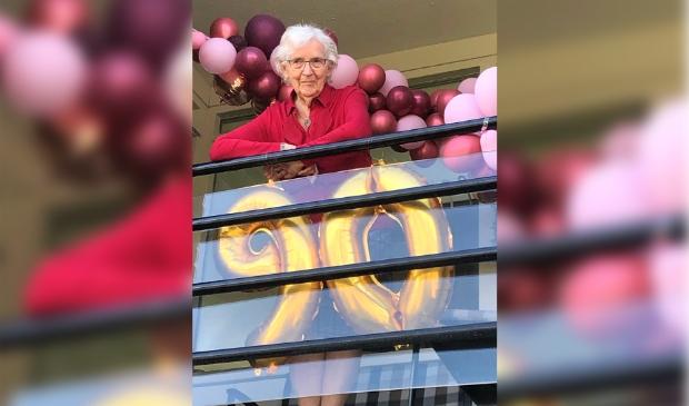 Clara Kraaij-van Ginkel op haar 90e verjaardags op haar versierde balkon in 't Bakkerhuys aan de Schoutenstraat