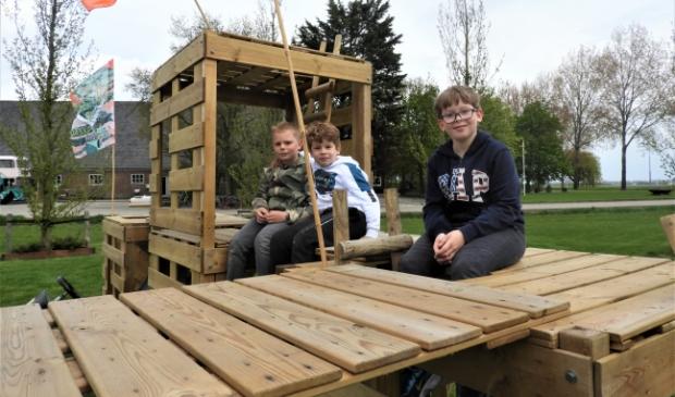<p>De drie vrienden Luc, Mick en Kasper op hun eigen bouwkavel op Pal&egrave;npa Park..</p>