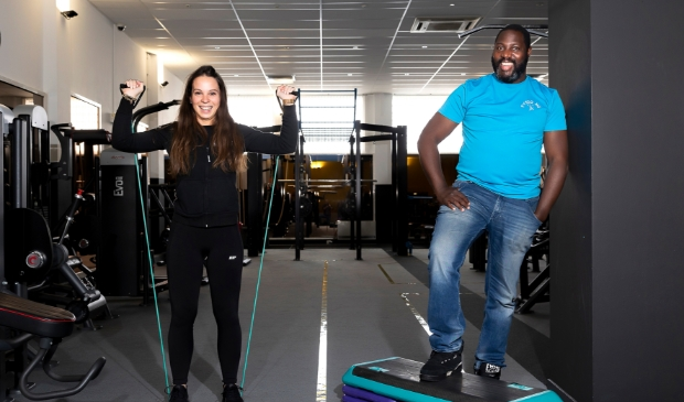 <p>Lise Hazenboom en Marvin Eersteling in de fitnesszaal van Winnr Healthclub.</p>