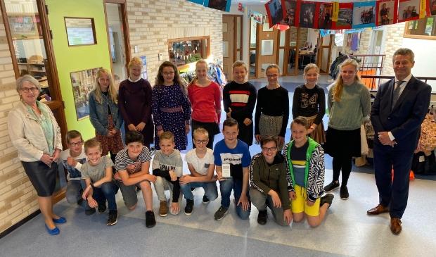 <p>Alle leerlingen die mee hebben geholpen met het planten van de bloemen samen met voorzitter van Oranje Trouw Bertie den Breejen en burgemeester Dirk Heijkoop</p>