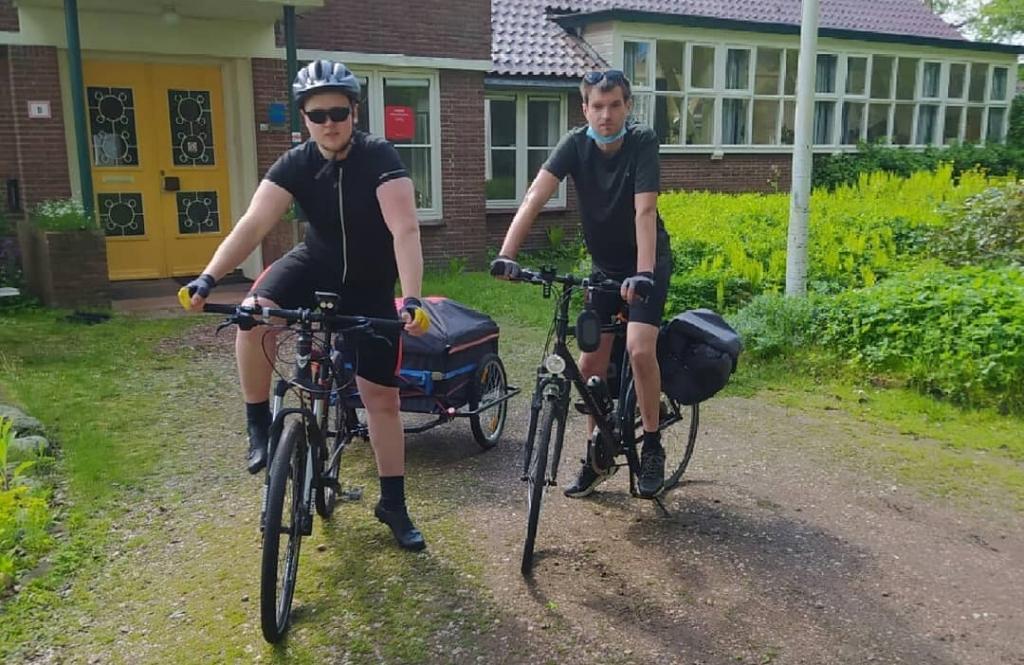 <p>Matthew (links) en Jakay aan de start van hun fietstocht door twaalf provinciën.</p>