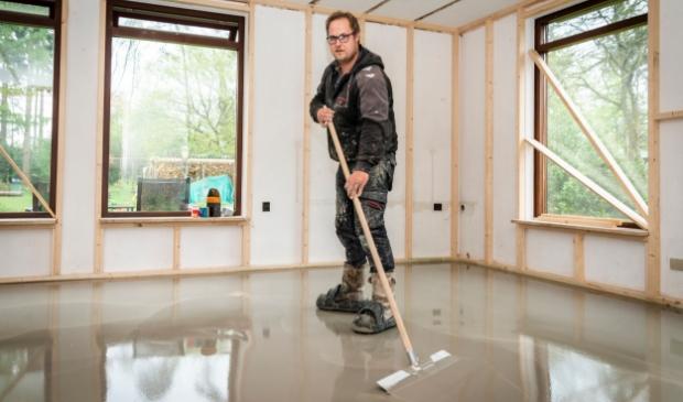 <p>Vloerspecialist Willem-Jan van 't Foort aan het werk. ,,We zoeken iemand die handig is en van aanpakken weet.''</p>