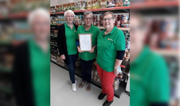 De vrijwilligers van Voedselbank Gorinchem zijn trots op het certificaat