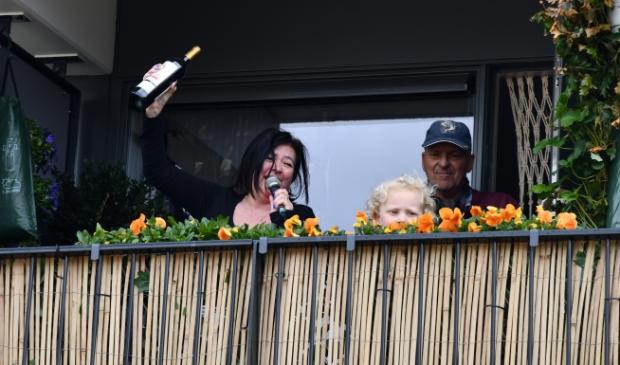 Klein bevrijdingsfeestje op een balkon ban Mariënburg. Jaap van den Broek © BDU media