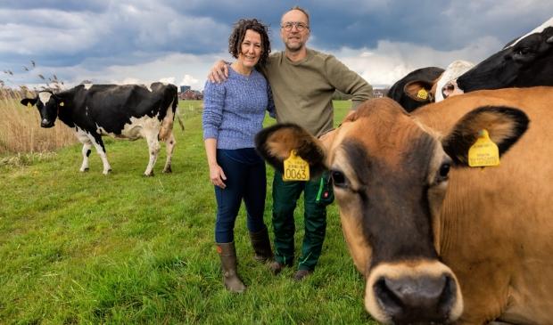 <p>Carola en Jan van Ruiswijk tussen hun koeien met op de achtergrond Veenendaal.</p>