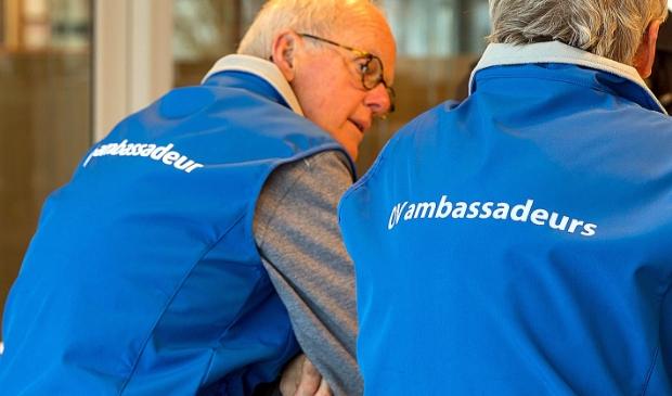 OV-ambassadeurs geven telefonische inlichtingen.