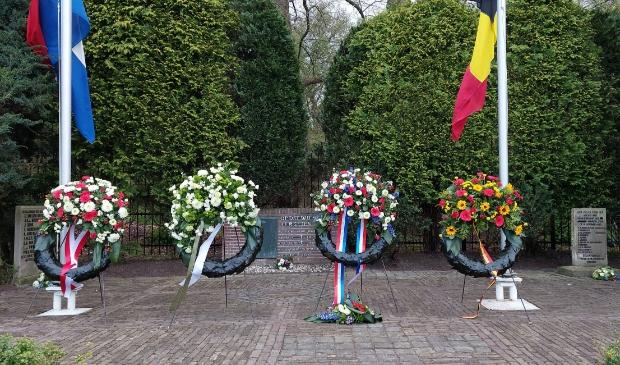 <p>Het monument op het Fort bij Rijnauwen, tijdens de herdenking op 4 mei</p>