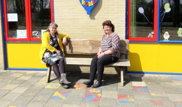<p>Teuny Bouw (l) en Anke de Geit (r) zetten zich al 25 jaar met veel plezier in voor de speeltuinvereniging Harskamp.</p>