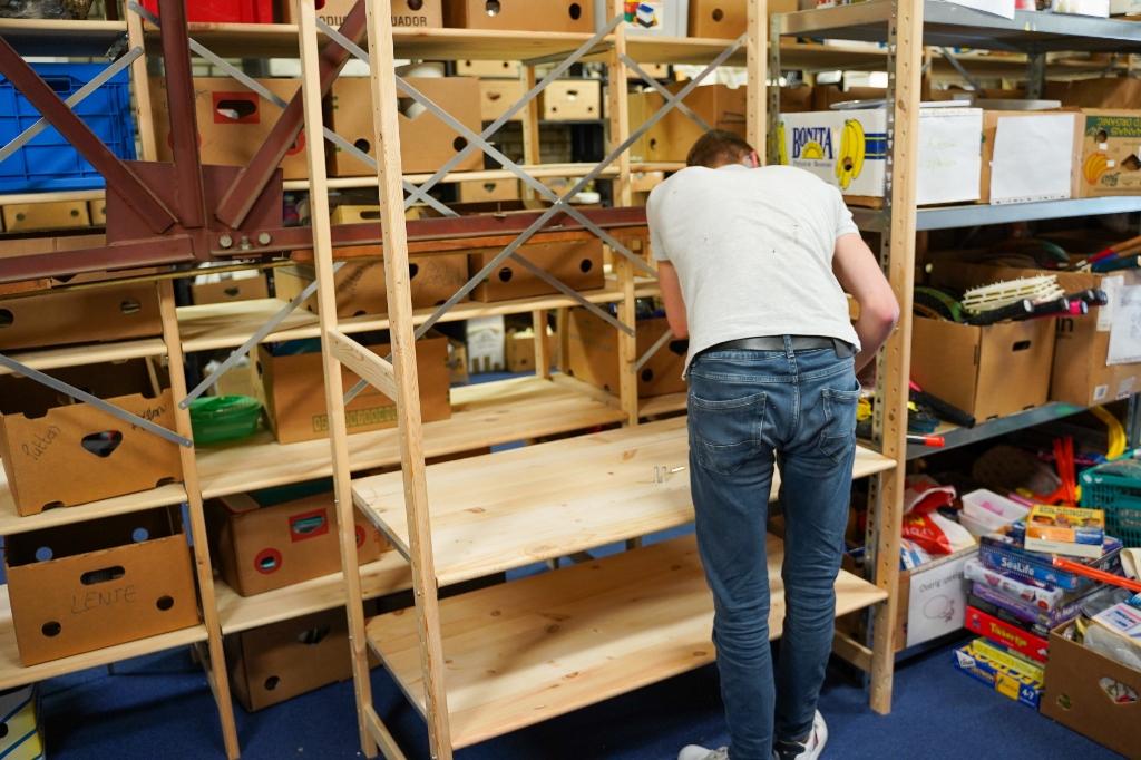 In Kringloopwinkel 'Het Lokaal aan de Ambachtstraat werden zaterdag stellingen gebouwd, zodat de goederen die worden aangeleverd beter gesorteerd kunnen worden.  © Tim van Donkersgoed © BDU media