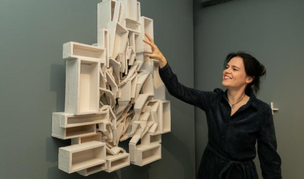 <p>Voor de expositie maakte Elise onder meer wandsculptuur &#39;Onthechting&#39;.</p>