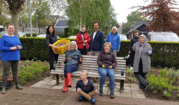 De tuingroep van Stichting Mijn tuin Jouw tuin neemt dahliaknollen in ontvangst van Rianne v/d Hudding van 'Pluktuin voor jou' uit Voorthuizen.
