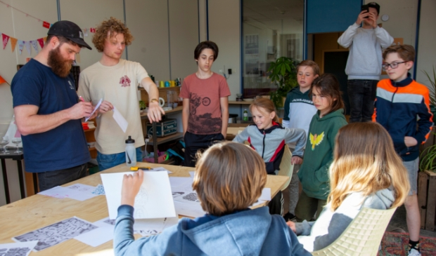 Jongeren tijdens de grafitti workshop